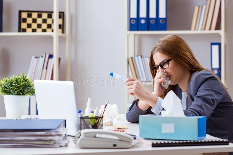 O doente do empregado da mulher de negócios no escritório imagem de stock