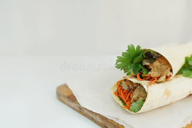 O Doner, no espeto, shawarma em um fundo branco com espaço da cópia Fast food foto de stock