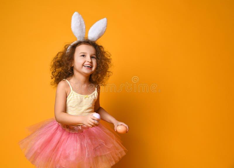 O?dos del conejito de la muchacha linda del peque?o ni?o que llevan el d?a de Pascua imágenes de archivo libres de regalías