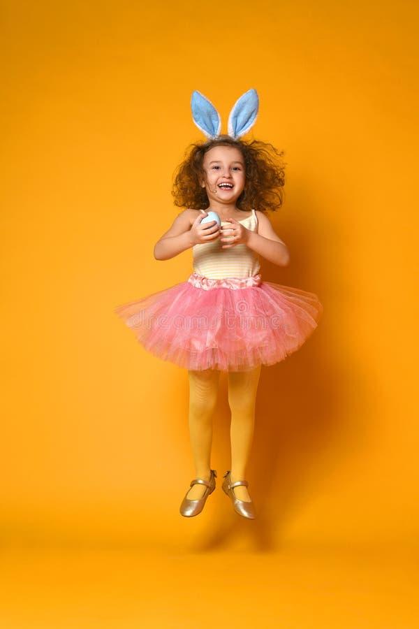 O?dos del conejito de la muchacha linda del peque?o ni?o que llevan el d?a de Pascua fotos de archivo