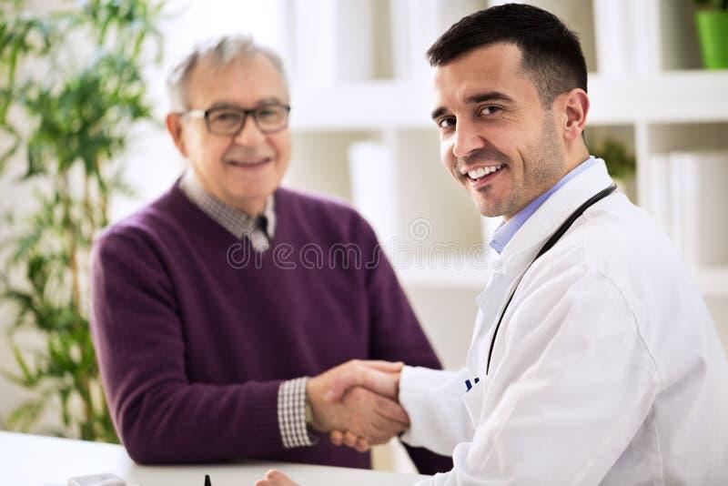 O doutor agita as mãos com um paciente imagens de stock royalty free