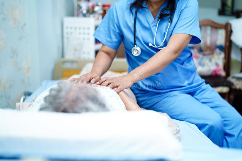 O doutor asi?tico do fisioterapeuta da enfermeira para importar-se, ajudar e apoiar o paciente superior ou idoso da mulher da sen fotos de stock royalty free