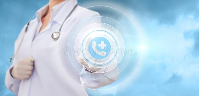O doutor clica sobre a ambulância do botão da chamada imagem de stock royalty free