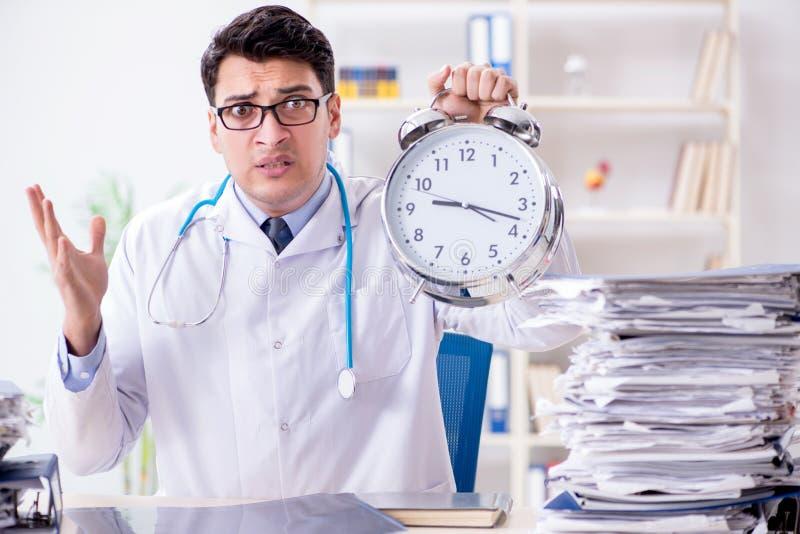 O doutor com o despertador no conceito urgente do controle foto de stock royalty free