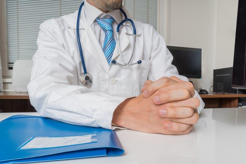 O doutor com mãos abraçadas está escutando Conceito da consulta da experiência imagens de stock