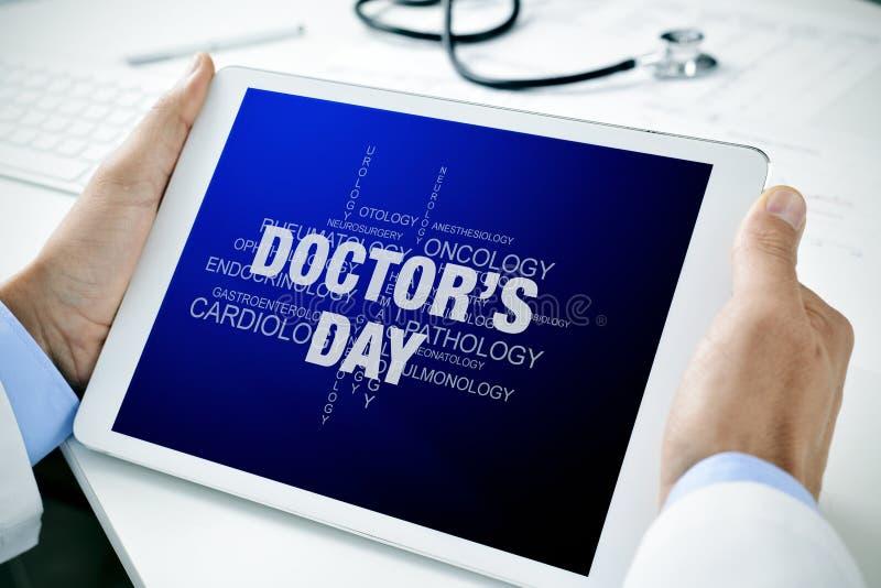 O doutor com uma tabuleta com o texto medica o dia imagem de stock royalty free