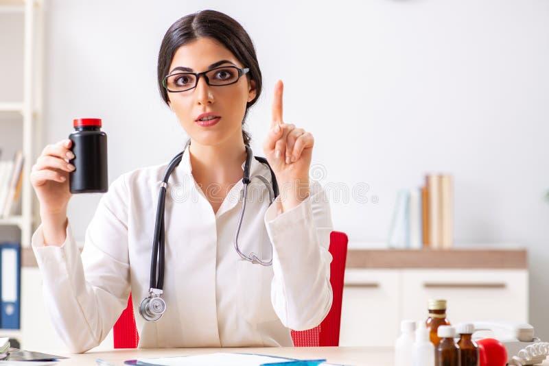 O doutor da mulher com a garrafa das medicinas imagens de stock royalty free