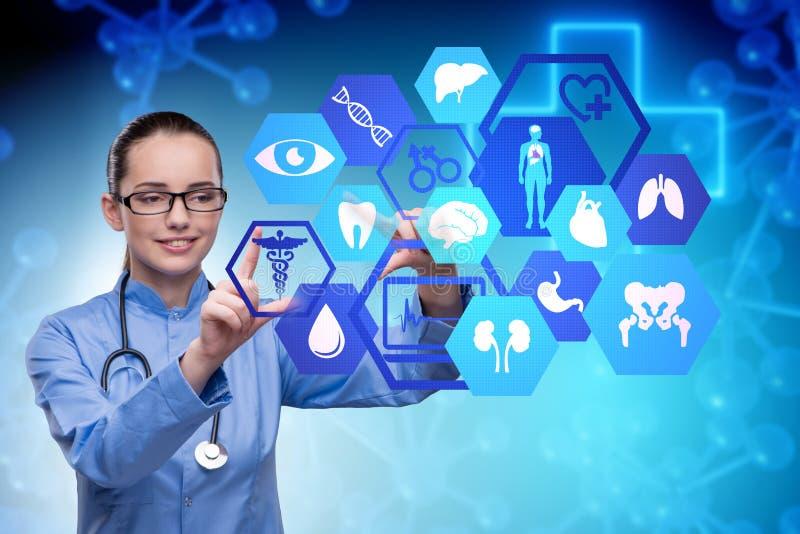 O doutor da mulher no conceito futurista da telemedicina foto de stock