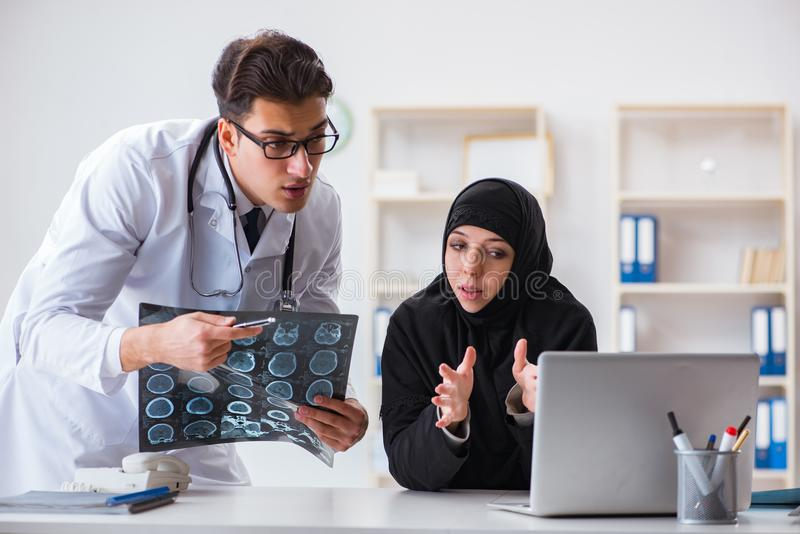 O doutor de visita da mulher muçulmana para o controle regular fotos de stock