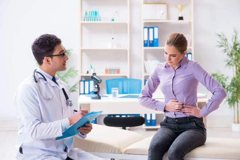 O doutor de visita paciente para o controle médico no hospital fotos de stock