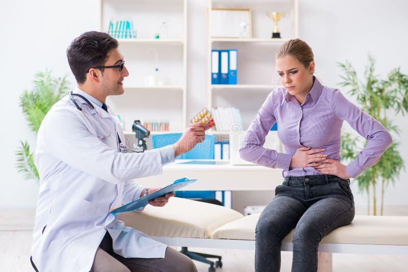 O doutor de visita paciente para o controle médico no hospital imagem de stock