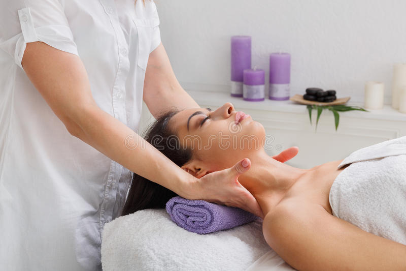 O doutor do esteticista da mulher faz a massagem do pescoço no centro do bem-estar dos termas imagens de stock