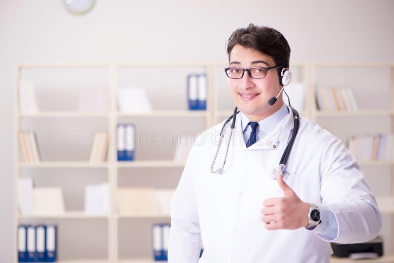 O doutor do homem novo no conceito médico imagem de stock royalty free
