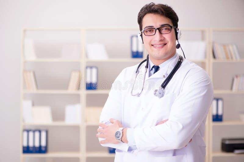 O doutor do homem novo no conceito médico imagens de stock