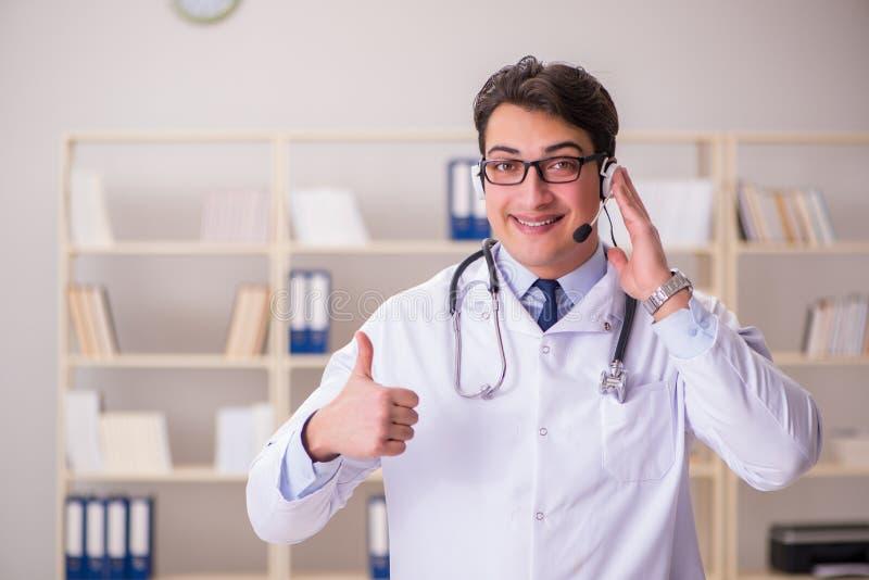 O doutor do homem novo no conceito médico fotografia de stock royalty free