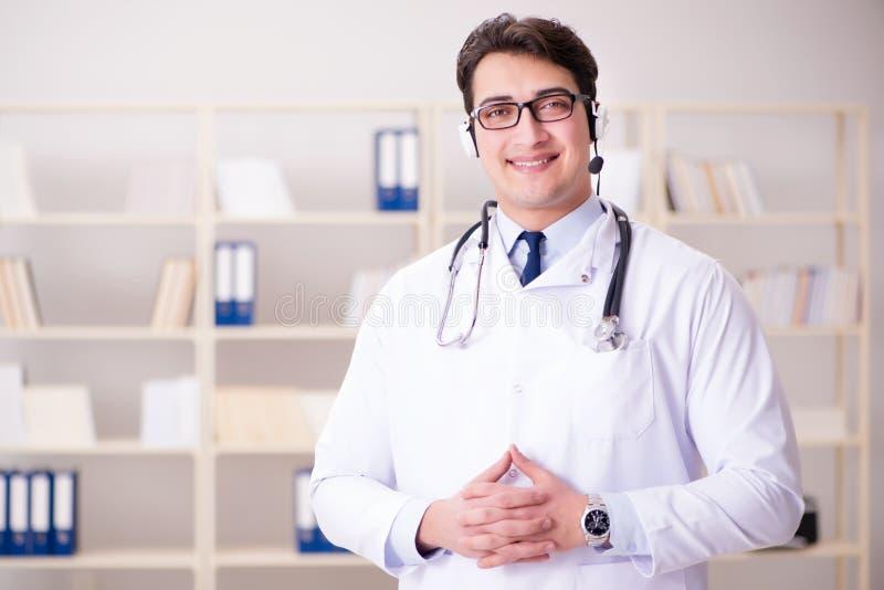 O doutor do homem novo no conceito médico imagens de stock royalty free