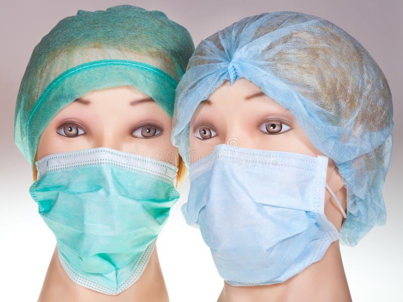 O doutor do manequim dirige o tampão e a máscara cirúrgicos vestindo de matéria têxtil imagens de stock