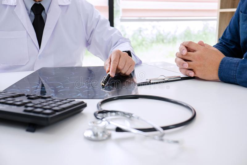 O doutor do professor recomenda o relatório um método com treatmen pacientes imagens de stock