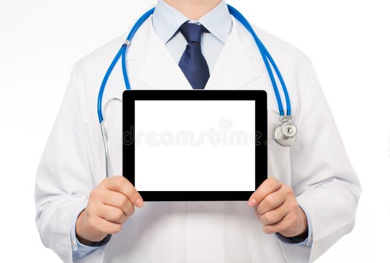 O doutor em um revestimento branco com um estetoscópio que guarda a sagacidade da tabuleta fotografia de stock royalty free