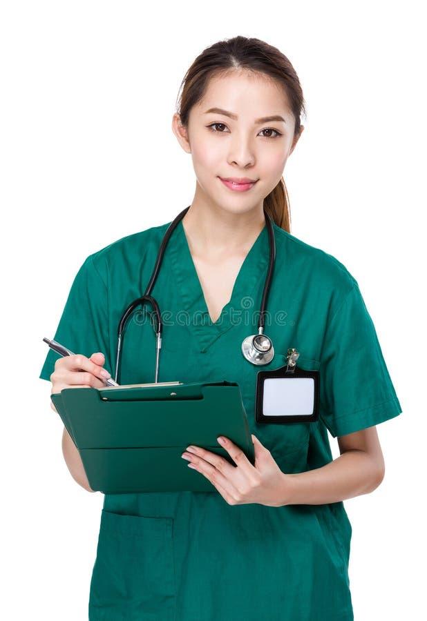 O doutor escreve na prancheta imagens de stock royalty free
