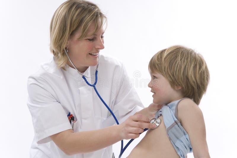 O doutor escuta com estetoscópio foto de stock royalty free