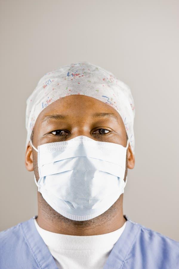 O doutor esfrega dentro, máscara cirúrgica e tampão cirúrgico imagem de stock