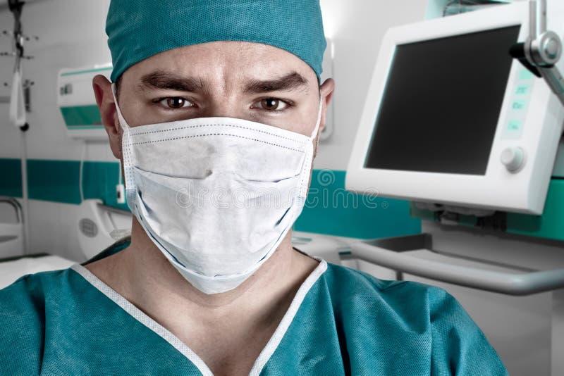 O doutor esfregam dentro e o quarto de hospital fotos de stock