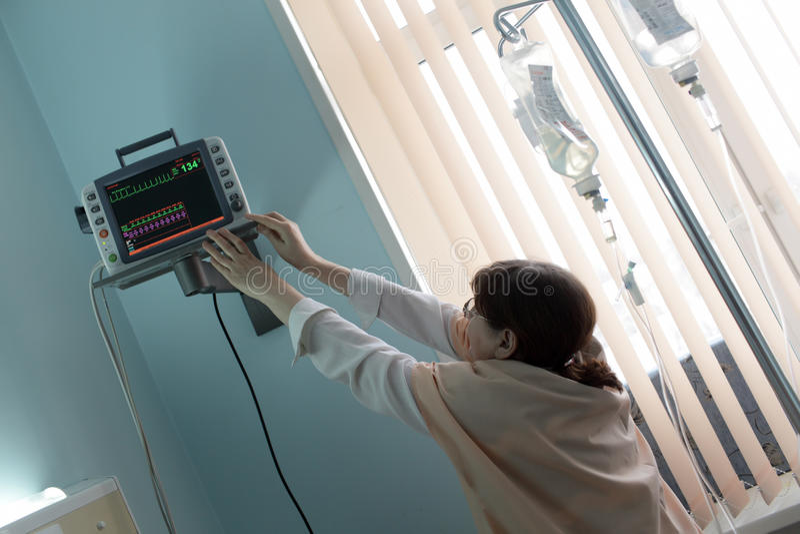 Download Doutor Que Ajusta O Monitor Paciente Imagem de Stock - Imagem de dentro, monitor: 29825167