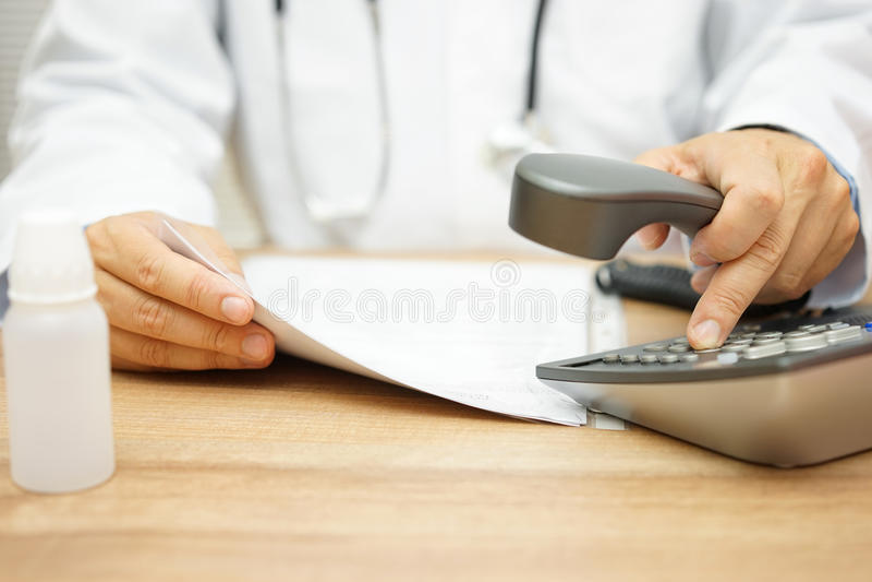 O doutor está chamando o paciente depois que lendo diagnostique fotografia de stock royalty free