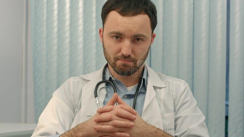 O doutor está dando más notícias fotografia de stock