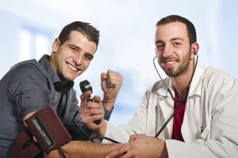 O doutor está feliz imagens de stock