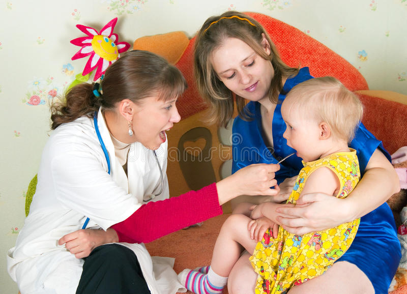 O doutor examina a criança imagens de stock royalty free