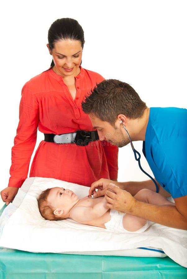 O doutor examina a respiração do bebê foto de stock royalty free