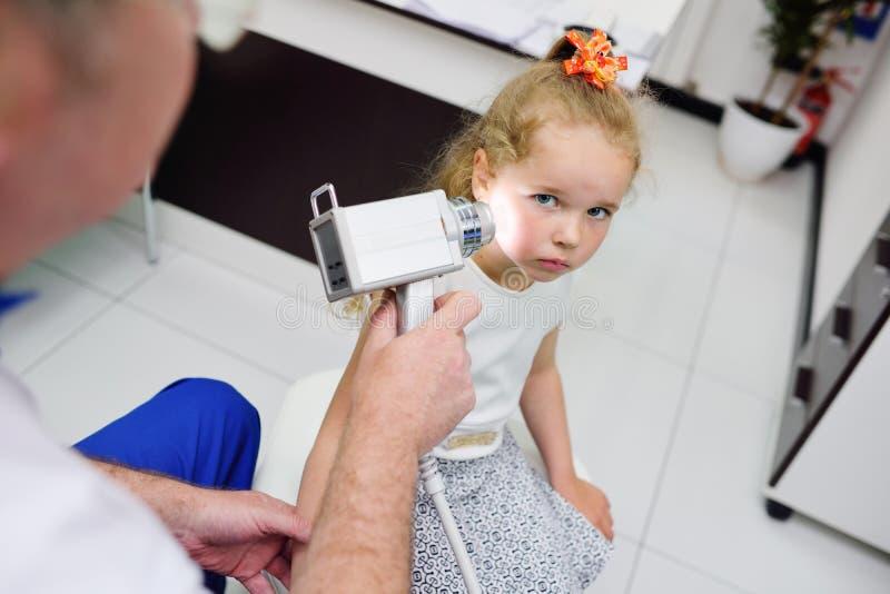 O doutor examina a toupeira paciente do ` s imagens de stock