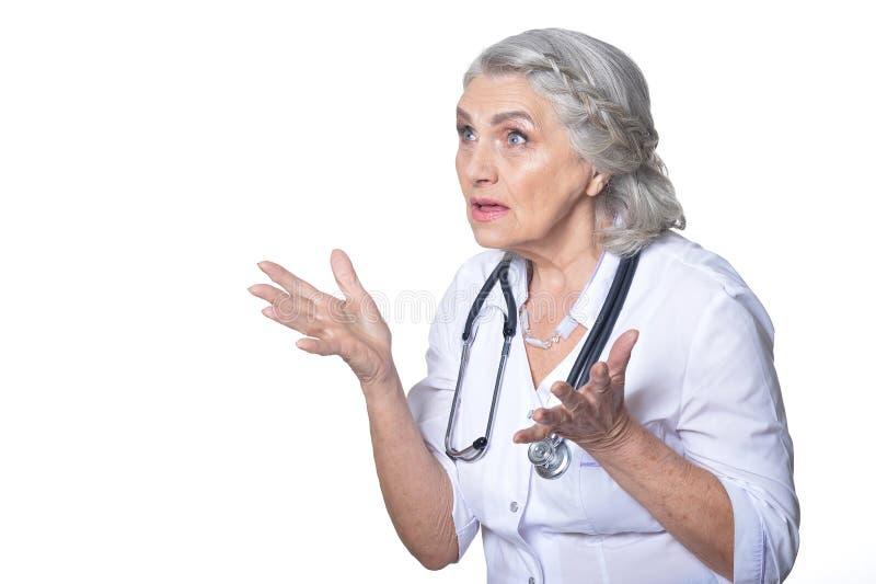 O doutor f?mea superior ? surpreendido isolado no fundo branco imagem de stock royalty free