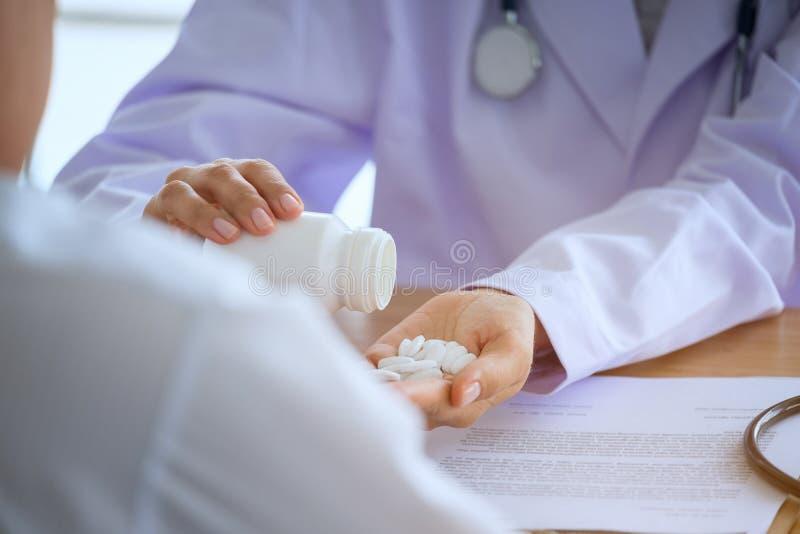 O doutor fêmea superior consulta o paciente novo que senta-se no doutor de imagens de stock royalty free