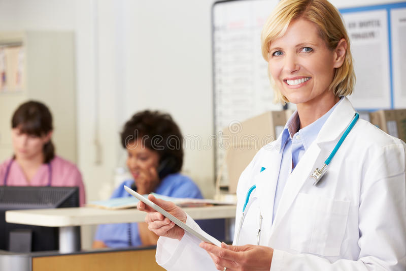 O doutor fêmea Utilização Digital Tabuleta nutre a estação imagens de stock royalty free