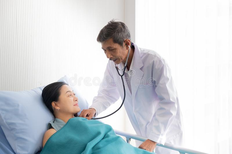 O doutor falou sobre a doença do paciente fêmea no hospital imagens de stock