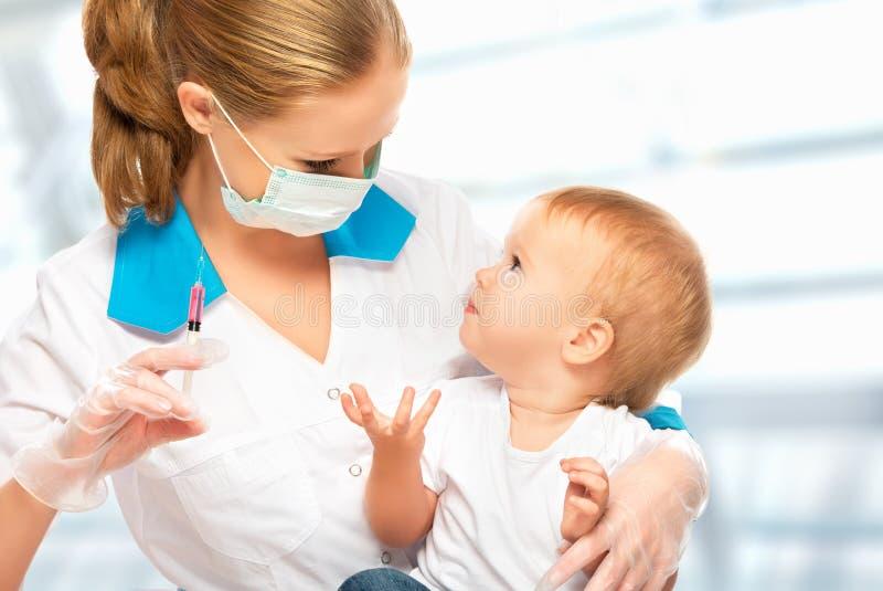 O doutor faz o bebê da vacinação da criança da injeção foto de stock royalty free
