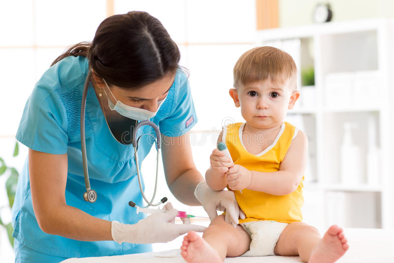 O doutor faz o bebê da vacinação da criança da injeção fotografia de stock royalty free