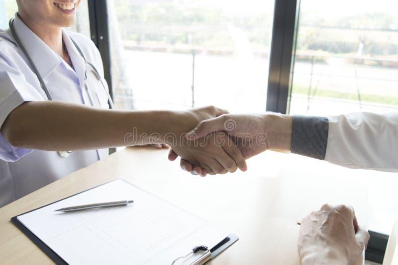 O doutor fez um acordo com os pacientes com hipertensão manter a saúde ilustração royalty free