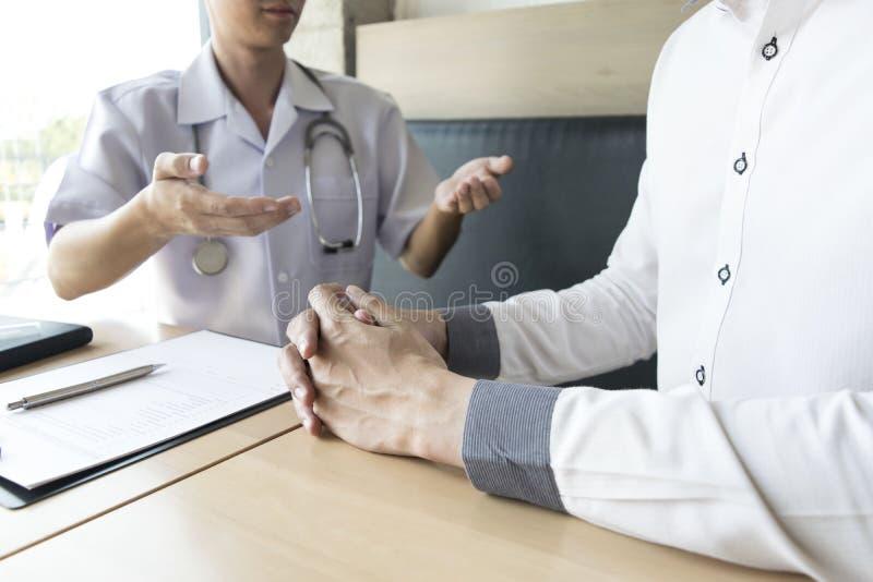 O doutor fez um acordo com os pacientes com hipertensão manter a saúde imagem de stock