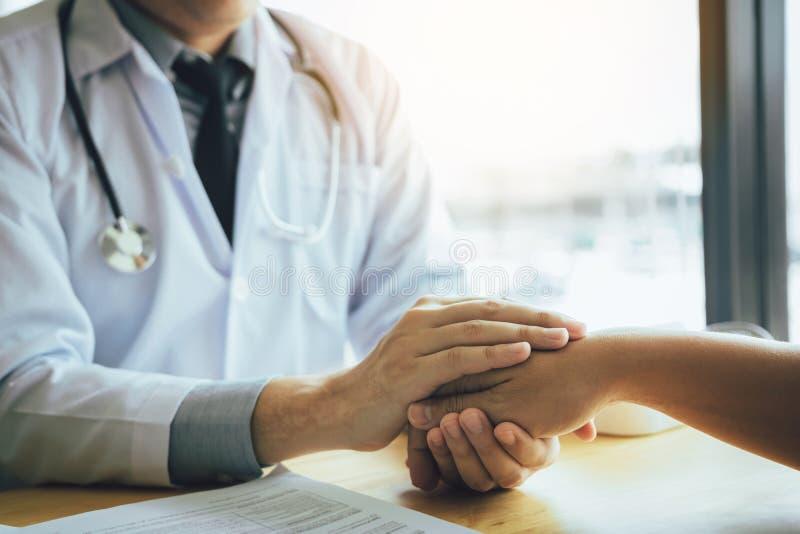 O doutor guarda as mãos e deixa a consolação de conselheiros ao paciente fotos de stock