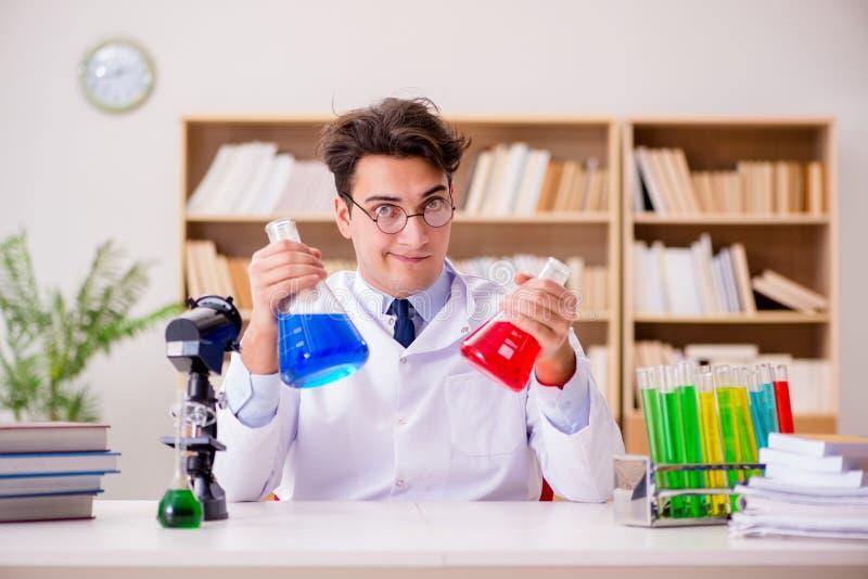O doutor louco louco do cientista que faz experiências em um laboratório imagem de stock