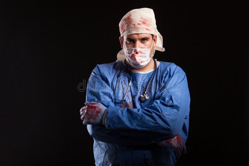 O doutor louco mascarado para o Dia das Bruxas isolou-se sobre o fundo preto fotos de stock royalty free