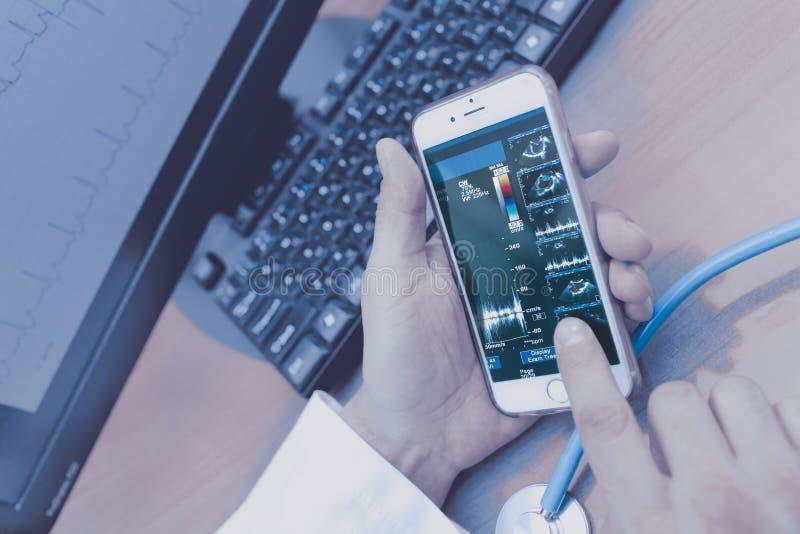 O doutor masculino analisa os dados pacientes do ` s que usam remotamente o te moderno imagens de stock