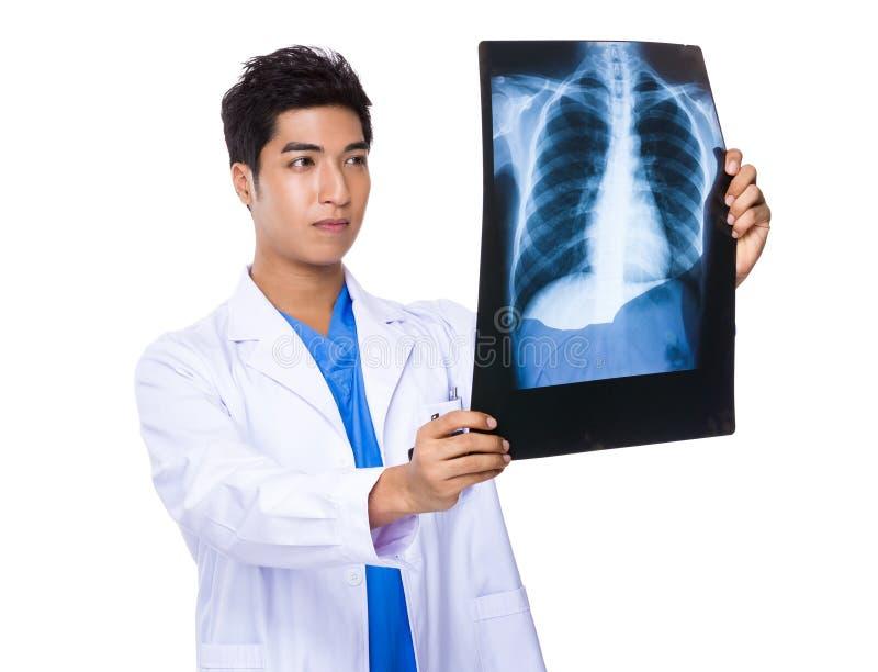 O doutor masculino leu no filme do raio de x imagens de stock