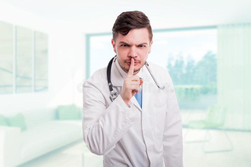O doutor masculino sério indica para manter o silêncio imagens de stock royalty free