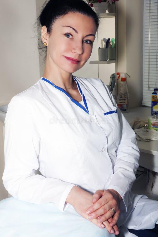 O doutor moreno bonito espera seu paciente foto de stock royalty free