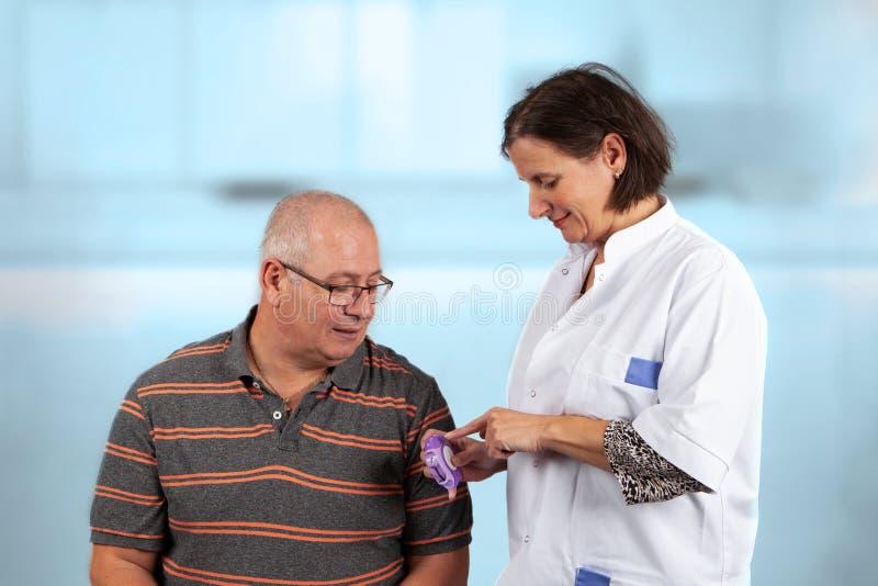 O doutor mostra como usar um inalador fotos de stock